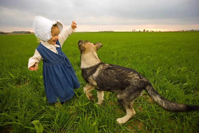 holčička z venkova a pes