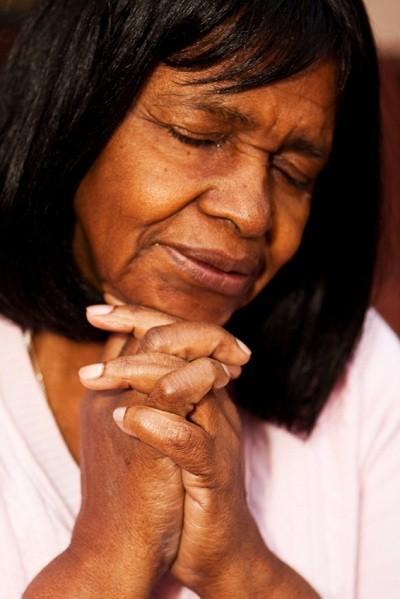 kvinna som ber – Tro är segern!