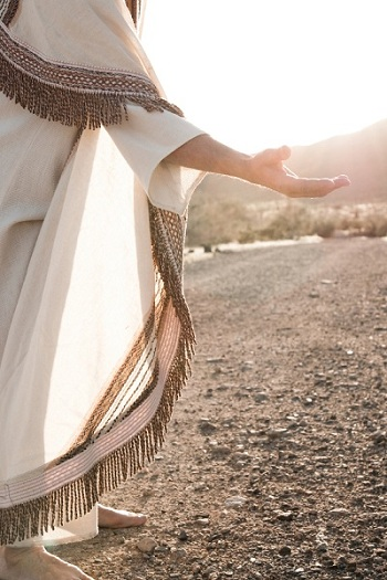 उद्धारकर्ता हाथ बढाते हुए