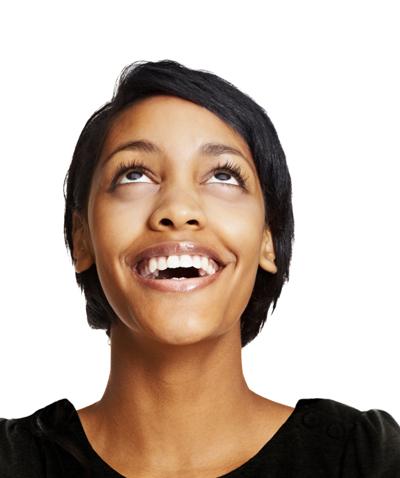 Jeune femme regardant vers le haut, avec foi et joie