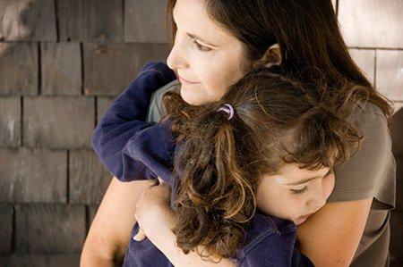 mor som håller sin dotter