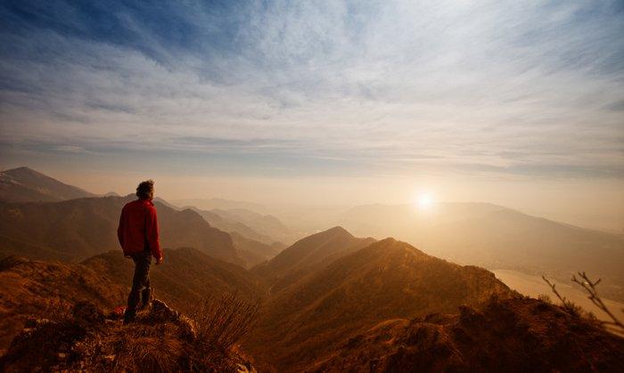Yahuwah les placera en sécurité sur la montagne - homme au coucher de soleil, regard fin du monde