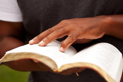 man studerar Bibeln