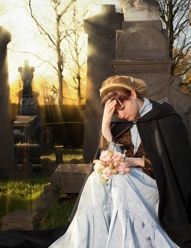 年轻女子在墓地悲伤