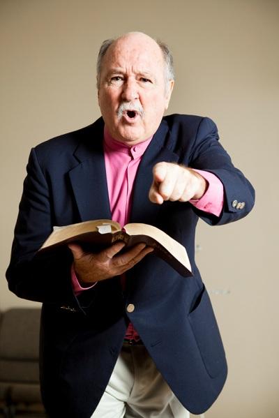 hombre que señala la celebración de la Biblia