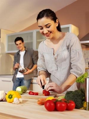 joven pareja en la cocina