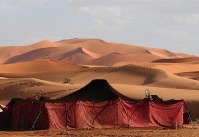 的帐篷在沙漠中