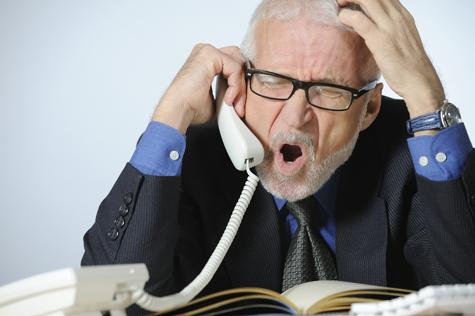 hombre enojado en el teléfono
