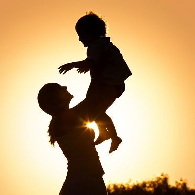 silueta de una madre sosteniendo a su hijo