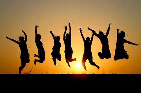 silueta de personas saltando de alegría