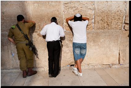 Soldado israelí en la pared que se lamenta