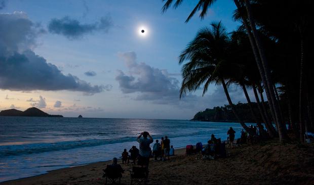 2012年11月14日,在澳大利亞昆士蘭州最北部的埃利斯海灘能夠看見日全食。