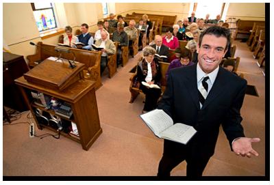 pendeta dan jemaat di gedung gereja