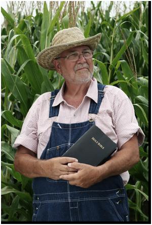 petani memegang Alkitab