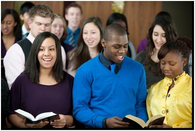kelompok pemuda bernyanyi