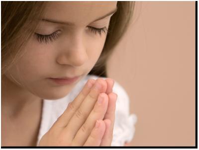 gadis muda berdoa