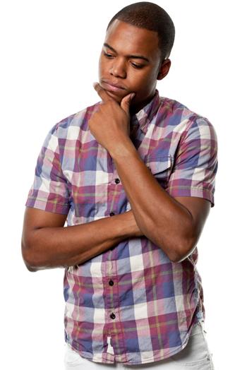 Zamyšlený mladý africký člověk
