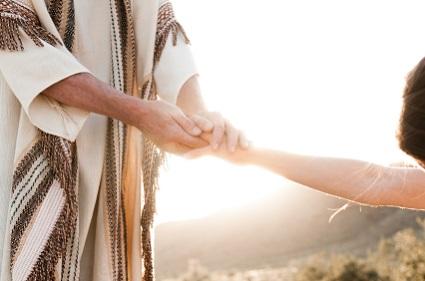 Verlosser hou die hand van die vrou vas wat aan Sy voete neergewerp is. (Johannes 8)