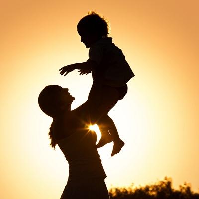 siluet seorang ibu memegang anaknya