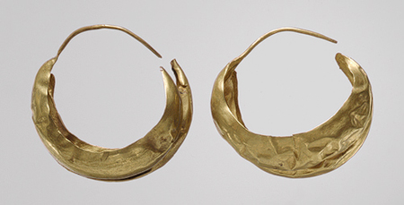 "Anting-anting Bulan Sabit, tahun 2500–2400 S.M;  Digali di ""Great Death Pit,"" Ur, Mesopotamia"
