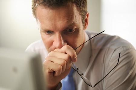 Hombre de negocios sumido en sus pensamientos