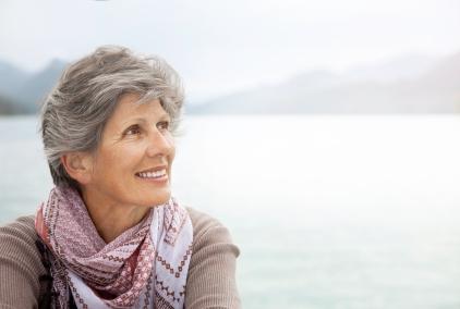 tersenyum wanita yang lebih tua