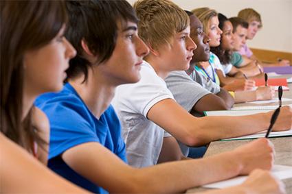 bez výrazu studenti sedí ve třídě