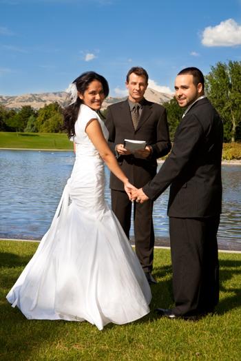 Nevěsta a ženich na venkovní svatbu