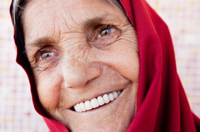 wanita tua tersenyum