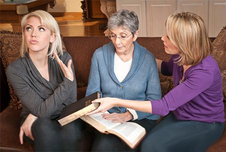 chica negándose a mirar a la Biblia con su familia