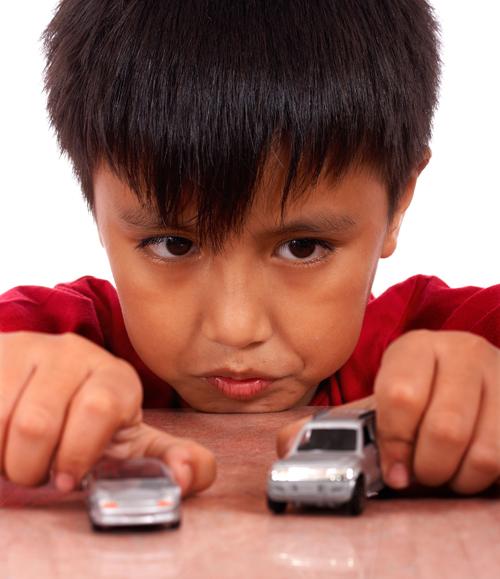 ولد يلعب مع سيارات