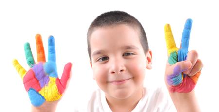 jeune garçon levant les mains colorées de peinture en affichant sept doigts