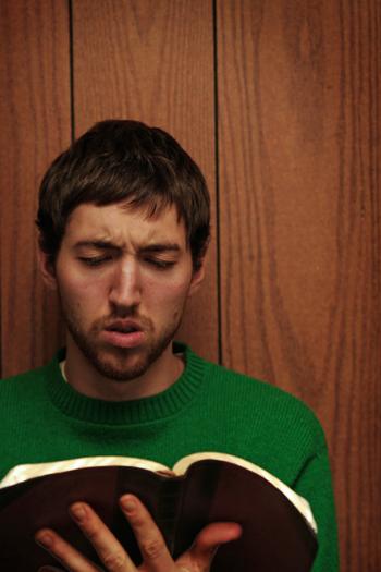 성경을 읽으며 당혹스러워하는 남성