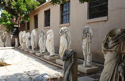Hooflose afgode in die museum van antieke Korinthe