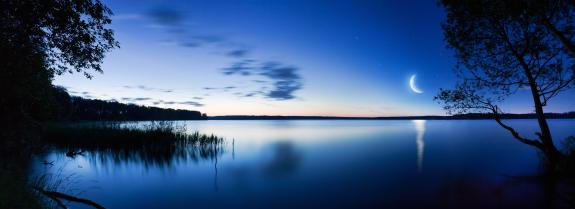 झील के ऊपर चाँद