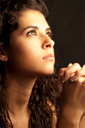 Eine junge betende Frau