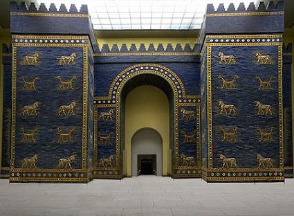 Die herkonstruksie van die Babiloniese Poort van Ishtar in die Pergamum Museum in Berlyn.