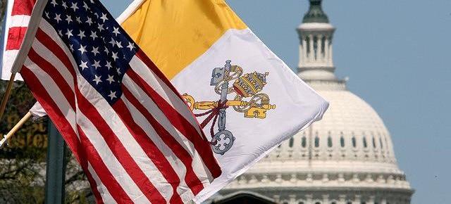 Mga watawat ng Vatican at Estados Unidos