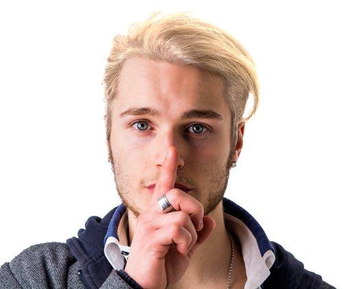 liceean cu părul blond