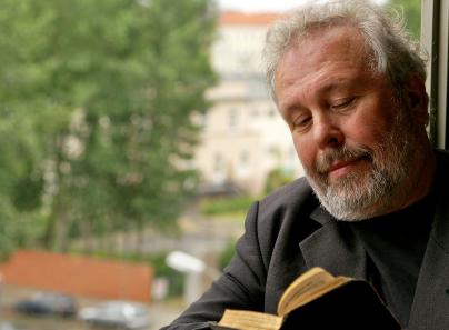 ein älterer Mann liest in der Bibel