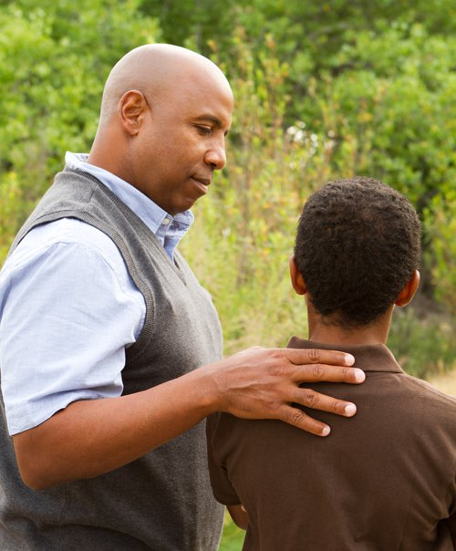 padre aconsejando al hijo