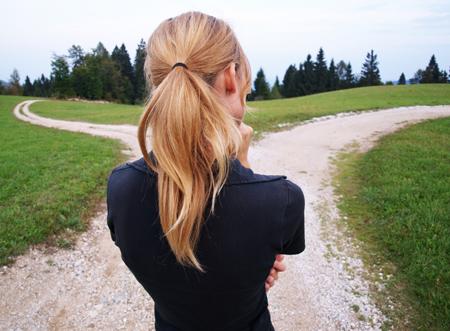 어떤 길을 선택할지 고민하는 젊은 여자