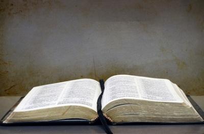 bukas na Bibliya