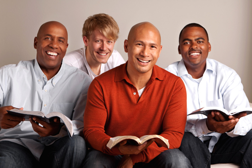 un groupe d'hommes étudiant la bible