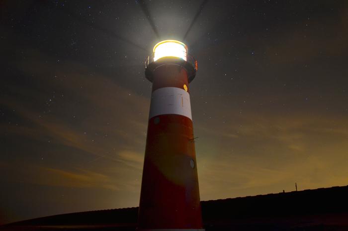 un phare éclairant dans la nuit