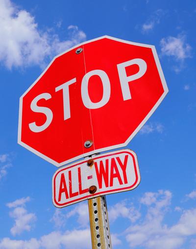 Un panneau de stop toutes directions