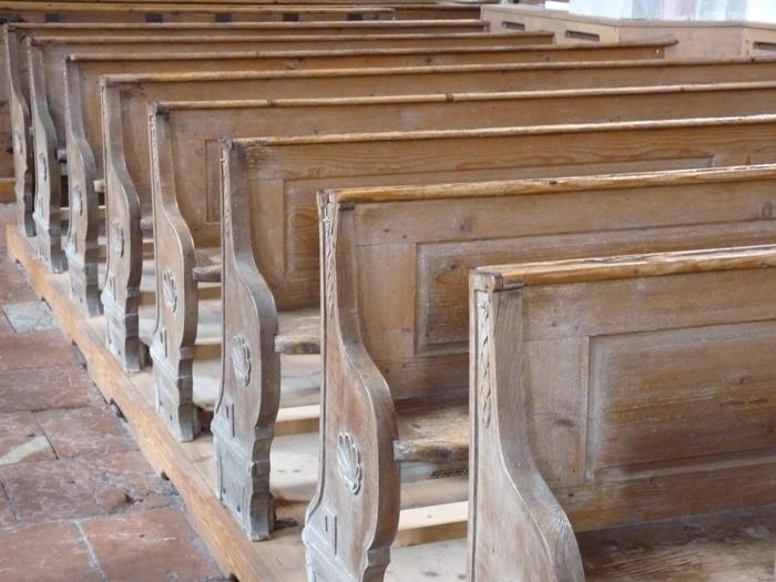 Kirchenbänke.