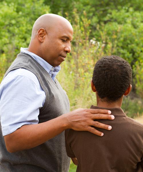 Vater berät seinen Sohn