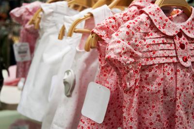 robes de fillettes - robes de bébé sur ceintres dans un magasin