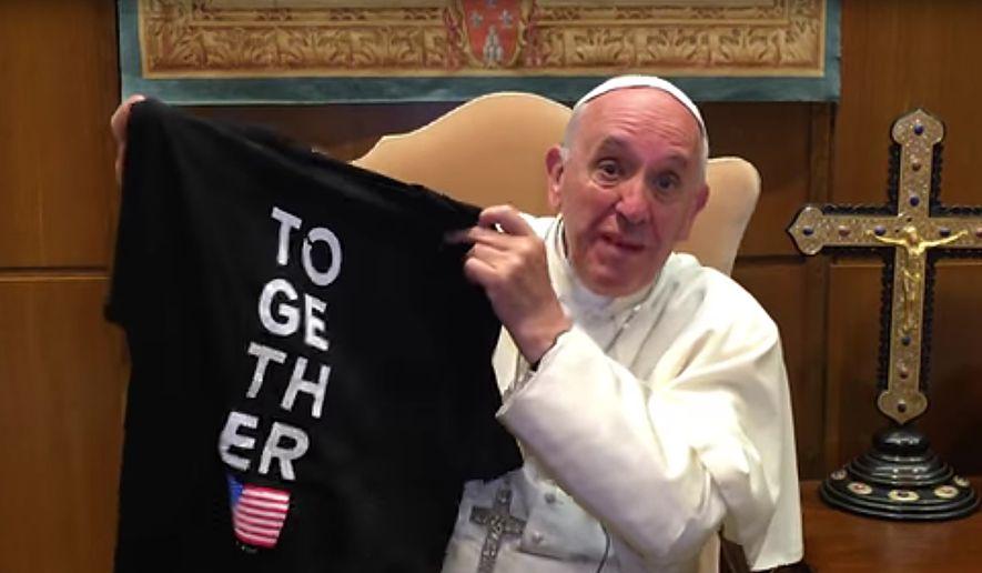 教皇弗朗西斯在他对青年的邀请视频中展示一件[2016年在一起]T恤杉。
